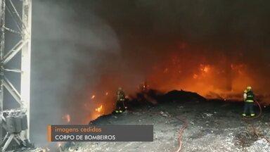 Bombeiros ainda trabalham para combater incêndio em Pinto Bandeira - Trabalho já dura mais de 30 horas. O fogo começou as 5 horas da manhã de ontem em uma central de resíduos da cidade. Apesar da dimensão do incêndio, ninguém se feriu e o fogo não atingiu outros imóveis.