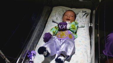 Bebês prematuros participam de momento especial no Dia Mundial da Prematuridade - Hospital de Porto Alegre realizou uma ação para homenagear prematuros. Data tem como objetivo sensibilizar as pessoas para as questões que envolvem os bebês que nascem prematuros.