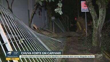 Temporal causa estragos em supermercado e posto de combustíveis em Capivari - Parte do teto do posto caiu e um supermercado teve prejuízos com a chuva intensa na cidade na terça-feira (17).