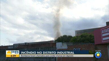 Bombeiros contém chamas em depósito, no Distrito Industrial, em João Pessoa - Incêndio começou por volta das 5h desta quarta-feira (18)