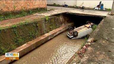 Carro cai dentro de córrego em Colatina - Assista.
