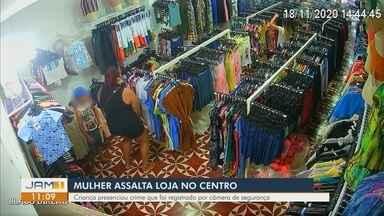 Câmera flagra mulher assaltando loja no Centro de Manaus - Criança presenciou crime.