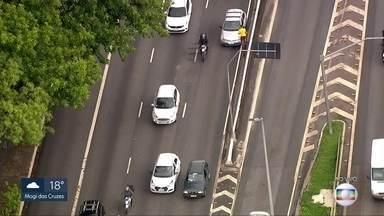 Motoristas enfrentam trânsito na Marginal Tietê - Lentidão é causada por veículo parado na pista sentido Ayrton Senna