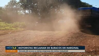 Motoristas reclamam das condições de uma marginal em Cascavel - A estrada dá acesso a várias empresas do núcleo industrial, mas apresenta problemas de pavimento e iluminação.