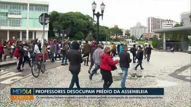 Assembleia Legislativa do Paraná é desocupada pelos professores - Professores e servidores ocuparam o prédio, pedindo a revogação de contratações temporárias.