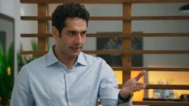 Beto diz a Adriana que tem diferenças com Apolo - Adriana estranha a conversa de Beto sobre o mecânico