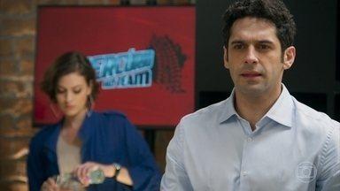 Beto pede que Adriana contrate Apolo como piloto - Ele pensa que o noivo de Tancinha será corrompido se ficar famoso