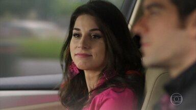 Felipe dá carona para Carmela e Jéssica os segue - Ela desconfia do namorado