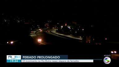 Obra exige atenção de motoristas que passam por trecho da Dutra em Porto Real - Confira o movimento na estrada nesta véspera de feriado prolongado.