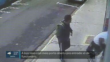 Câmeras flagram roubo de 54 celulares em loja de São Pedro - Funcionários foram rendidos quando chegaram para trabalhar; ação durou seis minutos e gerou um prejuízo de R$ 35 mil.