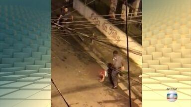 Polícia de São Paulo afasta três PMs que agrediram um jovem durante abordagem - O caso foi em Santo André há cinco seis dias, mas as imagens gravadas por um morador da região só foram divulgadas ontem. O jovem agredido ainda não foi identificado.