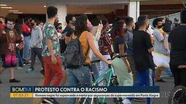 Manifestantes protestam em Curitiba pela morte do homem negro no supermercado Carrefour - Eles protestaram contra o racismo. O homem negro foi espancado e morto por seguranças de supermercado, em Porto Alegre.