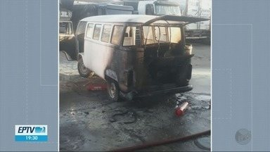 Kombi pega fogo enquanto abastecia em Guaxupé, MG - Kombi pega fogo enquanto abastecia em Guaxupé, MG