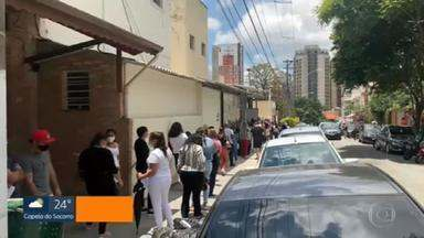 Enfermeiros formam fila para evitar cobrança de contribuição exigida por sindicato - Os profissionais formaram extensas filas junto ao sindicato da categoria na Vila Mariana,