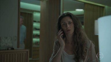 Joyce atende ligação de Irene no celular de Eugênio - A socialite questiona o marido, mas ele tenta desviar do assunto