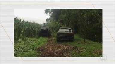 Polícia localiza dez carros usados na fuga de bandidos em Criciúma, SC - Na madrugada desta terça-feira (1º), bandidos armados com fuzis fizeram funcionários da prefeitura reféns e trocaram tiros com a polícia. A quadrilha espalhou pela cidade explosivos e dinheiro roubado de uma agência bancária.
