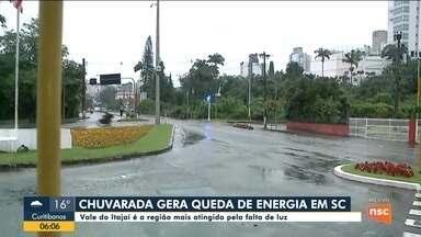 Chuva causa queda de energia em cidades do Vale do Itajaí - Chuva causa queda de energia em cidades do Vale do Itajaí