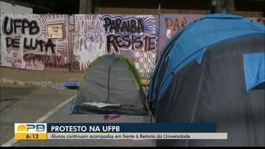 Alunos continuam protestando em frente à UFPB, em João Pessoa - Reitor nomeado consegue liminar na justiça