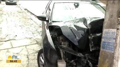 Motorista perde controle em descida de landeria e carro bate em poste na Av. Leste-Oeste - Condutor não se feriu.
