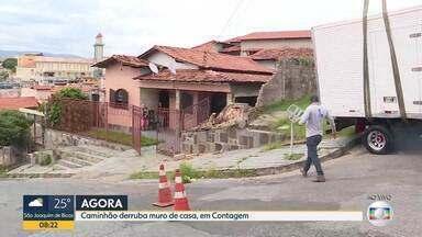Caminhão derruba muro de casa, em Contagem - Veículo perdeu o controle quando subia uma rua, no bairro Industrial.