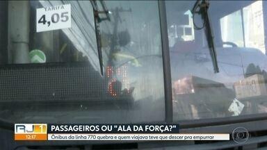 Passageiros da linha 770 empurram ônibus para seguir viagem - Caso aconteceu na Avenida Brasil.