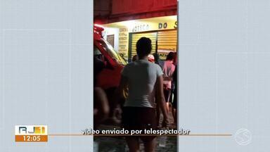 Homem é assassinado a tiros dentro de bar em Miguel Pereira - Criminoso invadiu bar com pistola na mão, atirou contra duas pessoas e fugiu de moto com ajuda de comparsa, diz Polícia Militar. Outro baleado foi levado para hospital. Crime aconteceu no distrito de Governador Portela.