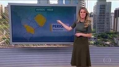 Fim de semana com chuva e calor em quase todo o país - O risco de temporal é para Mato Grosso do Sul, Paraná e Santa Catarina. Isso pode acontecer também em Minas, no Rio e no Espírito Santo. Aqui em São Paulo pode chover forte no período da tarde.