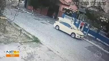 Câmera de segurança flagra bandidos roubando carro no bairro da Encruzilhada, no Recife - Moradores da Rua Inácio Galvão dos Santos Regis estão assustados com a insegurança.