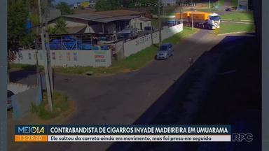 Carreta invade madeireira após motorista abandonar o veículo, em Umuarama - Segundo a PRF, caminhão estava carregado com cigarros. Motorista foi preso e ninguém se feriu.