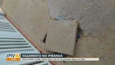 Idosos pedem conserto de vazamento em calçada em Ribeirão Preto - Problema ocorre na Rua Acre, no Ipiranga.