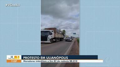 Moradores protestam e interditam trecho da BR-010, em Ulianópolis - Moradores protestam e interditam trecho da BR-010, em Ulianópolis