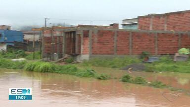 Chuva forte deixa desalojados e causa alagamentos no ES - Assista a seguir.