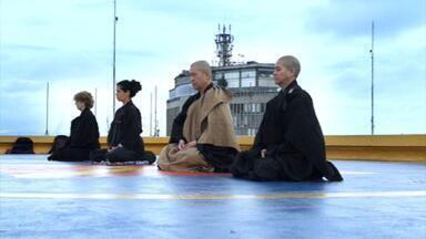 Meditação é forte aliada contra a ansiedade e o estresse do dia a dia - Monges budistas ou pessoas normais: adeptos da filosofia zazen ou do mindfulness, que é manter o pensamento no presente, falam sobre os benefícios que a prática trouxe em suas vidas e na relação que eles têm com o tempo.