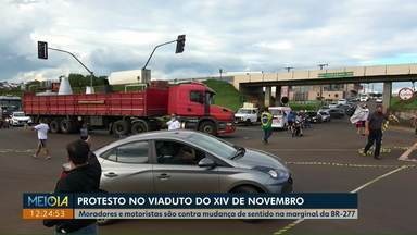 População faz protesto no viaduto do XIV de novembro - Os moradores são contra a mudança de sentido na marginal da BR-277.