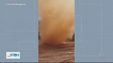 Vídeo mostra redemoinho em Senador Canedo - Meteorologistas recomendam não se aproximar.