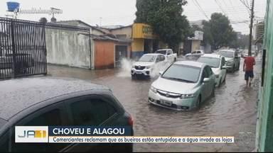 Comerciantes reclamam que os bueiros estão entupidos no Setor Campinas, em Goiânia - Com a chuva, a água invade as lojas.