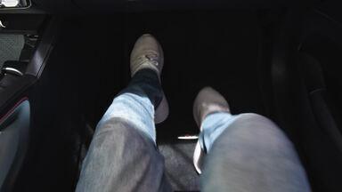Pés pro alto no carro são um perigo. E tapete do motorista escorregando? - Para está viajando, atenção com esses pequenos detalhes de segurança.