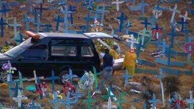 Segunda onda da pandemia traz de volta filas para enterro de vítimas da Covid em Manaus - Somente nesta segunda (28), várias pessoas foram enterradas em cemitério da capital amazonense. Do lado fora, a movimentação de carros funerários e de parentes, que por medida de segurança não são autorizadas a entrar, era grande.