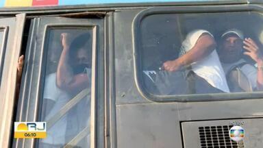 Prefeitura faz operação contra lotação na Estação Mato Alto do BRT e distribui máscaras - A Secretaria Municipal de Transportes faz, na manhã desta quinta-feira (7), mais uma operação para tentar resolver a superlotação dos ônibus, na Estação Mato Alto, em Guaratiba, na Zona Oeste do Rio. As equipes também distribuem máscaras para os passageiros.