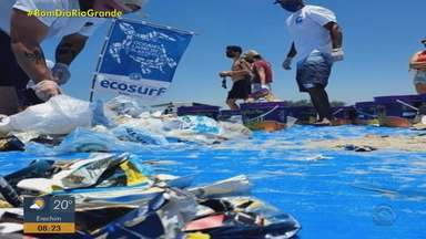 Voluntários recolhem lixo na beira da praia de Arroio do Sal - Foram encontrados canudos, copos, brinquedos, embalagens e garrafas. Material foi encaminhado para uma reciclagem.
