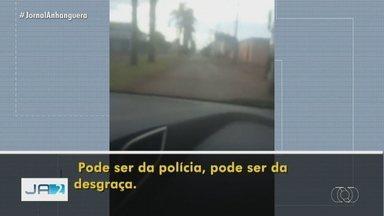 Vídeo mostra quando grupo ameaça e provoca policiais em Santa Helena de Goiás - Segundo a polícia, o três homens foram presos.