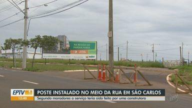 Poste no meio de rua movimentada causa preocupação em São Carlos - Moradores da região temem risco de acidentes.
