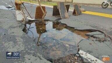 Asfalto cede em São Carlos após forte chuva - Funcionários da prefeitura trabalham nos trechos mais danificados.