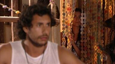 Carol acredita que Lino esteja apaixonado por Taís - Fotógrafa entende mal a conversa que escuta entre o namorado e Candinho