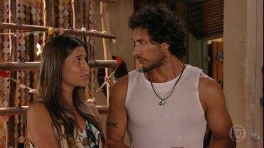 Carol avisa a Lino que um canal inglês quer entrevistá-lo - A família do rapaz comemora ao saber que o estilista será destaque de um programa sobre os novos nomes da moda no Brasil