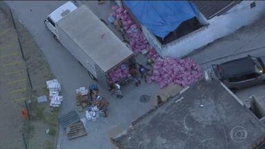 Globocop flagra criminosos com carga roubada, na zona norte do Rio - Polícia levou uma hora para retirar barricadas e chegar até a carga.