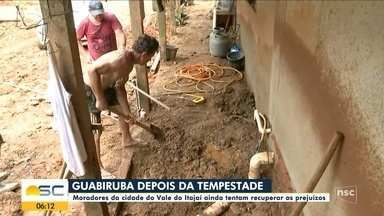 Após chuva, moradores de Guabiruba trabalham na limpeza das casas - Após chuva, moradores de Guabiruba trabalham na limpeza das casas