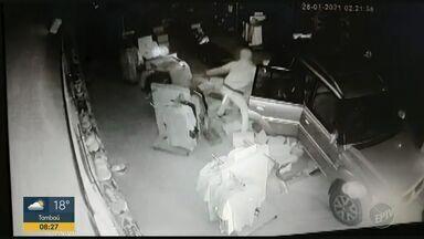 Polícia procura três homens que usaram carro para furtar loja de roupas em Franca - Câmeras de segurança registraram a ação, que não durou mais de dois minutos. Os assaltantes levaram o equivalente a trinta mil reais e estão foragidos.