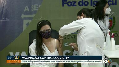 Vacinação contra a Covid-19 em Foz do Iguaçu segue nos grupos prioritários - Idosos estão procurando unidades de saúde, mas eles não fazem parte do grupo prioritário nesse momento.