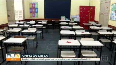 Escolas municipais estão começando a se adaptar para o retorno das aulas presenciais no dia 24 de fevereiro - Veja algumas das mudanças que estão sendo feitas para seguir os protocolos.
